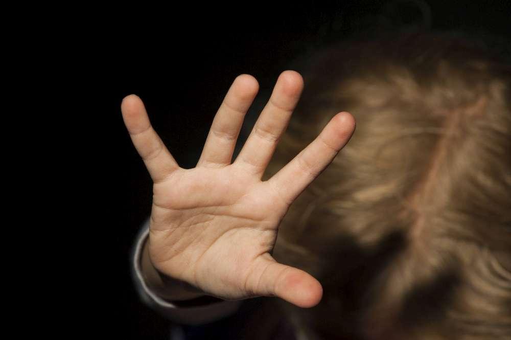 IMMAGINE SIMBOLICA DI VIOLENZA SUI BAMBINI - PEDOFILIA PEDOFILO