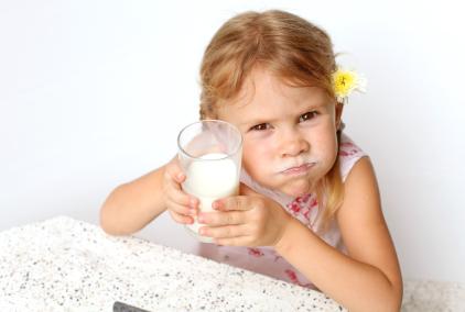 bimba che beve latte